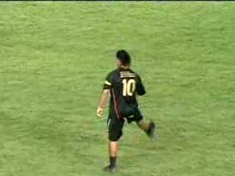 Ronaldinho se destaca em jogo contra Messi