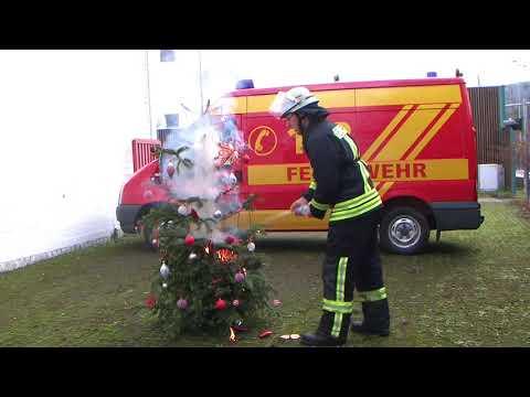 Weihnachtsbaum Brand mit Sprudelflasche geloescht
