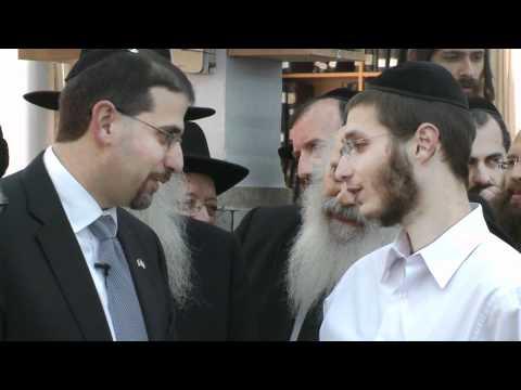 Mir Yeshiva students discuss a perplexing piece of Gemara with Ambassador Shapiro