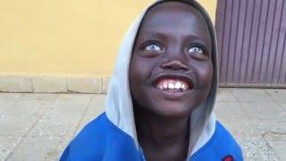 Niño Africano de ojos AZULES hablando español ARGENTINO.
