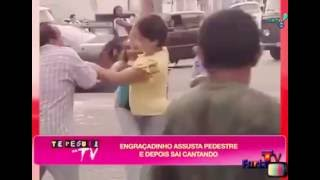 ENGRAÇADINHO ASSUSTA PEDESTRE É SAI CANTANDO (PEGADINHA)
