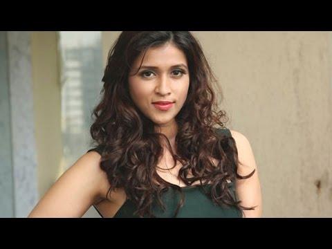 Bollywood babe! Mannara Chopra    HOT & Sexy Photoshoot Uncut Video!