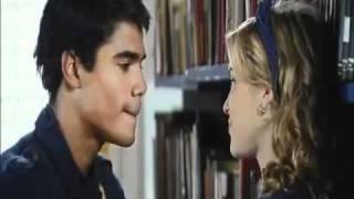 Pedro e Alice conversam e se beijam na biblioteca   PeLice Rebelde Brasil