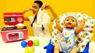 Bebiş mama yerken ALTINA YAPTI - Evcilik oyunu!