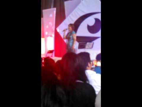 Marisa de Lille en Creativa Fest cantando tema de Sailor Moon