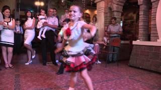 Танцуют дети.