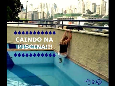 Caindo na piscina