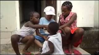 Ma'anda, une enfant métisse, vient de naître en France bien loin des racines africaines de sa maman.