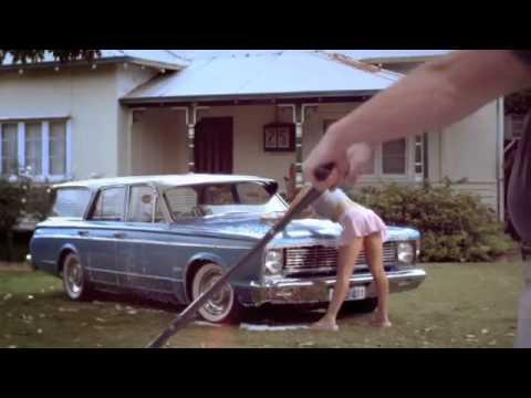 Mulher gostosa lavando carro