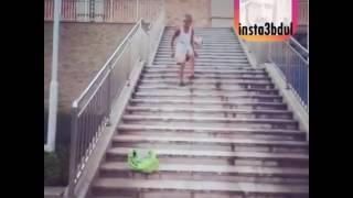 كبير سن ينزل من الدرج يلعب كوره 🙄🙋