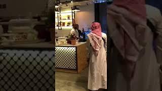 شاهد  تركي بن طلال يفاجئ شباب سعوديين في يوم افتتاحهم لمقهاهم  بخميس مشيط ٢