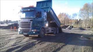 Scania Schaktbil sprider 0/30 grus i Tyresö