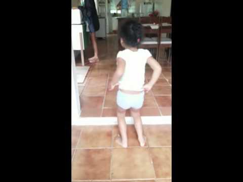 Criança dançando MC Pocahontas Perdendo A linha