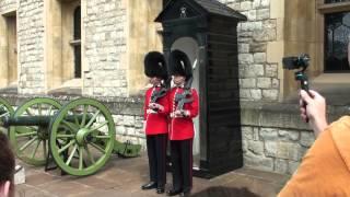 Humour anglais pendant le changement de garde à la tour de Londres