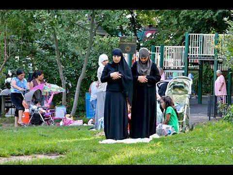 شاهد رد فعل المارة عند رؤيتهم لفتاة تصلى في الشارع