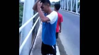 Menantang maut lompat dari jembatan