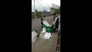 Proses Memasang Boneka Balon Oppo Di Konter