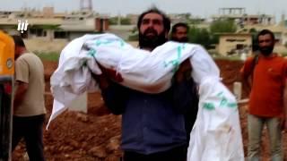 الوداع الأخير لطفلة من شهداء مجزرة مدينة درعا اليوم التي راح ضحيتها 11 مدنياً بينهم أطفال