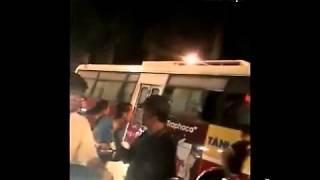 Nhiều thanh niên chặn xe, đánh tài xế xe buýt