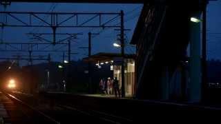 寝台特急北斗星下りラストラン 汽笛を鳴らし日没後の高久駅を通過