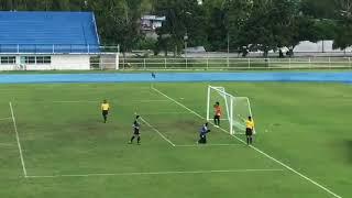 insólito gol de penal en un partido de fútbol de Tailandia !ver para creer!