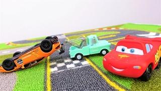 McQueen im Rennspiel. Video mit Spielzeugautos auf Deutsch.
