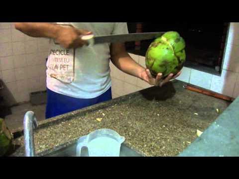 Como abrir um coco com apenas 4 batidas de facão (era para ser 3)