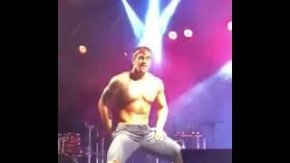 Homem lindo dançando