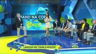Larissa Erthal cumpre promessa e tira a roupa no programa ao vivo