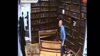 ) Soudain un inconnu fait irruption dans la synagogue et sème la panique