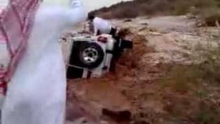 موقف رهيب :  انقاذ امرأه  من السيول في حائل سيول حائل