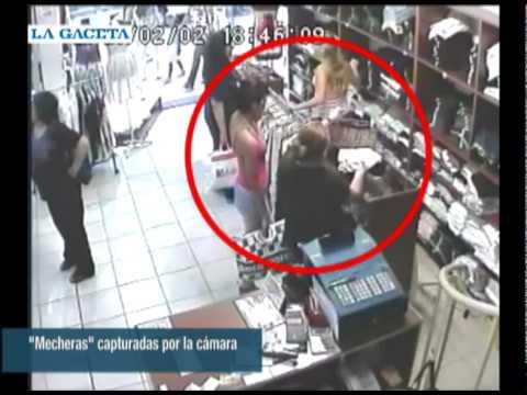 La cámara muestra a las mecheras en acción