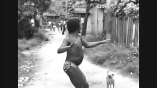 Homem dança forro na frente de todo mundo