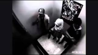 Wanita dikeroyok oleh 2 orang pemuda di dalam lift terekam CCTV