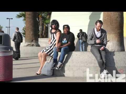 تجربة اجتماعية رجل مخنث يترك حقيبته في الشارع شاهد ماذا حدث