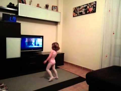 Sia Chandelier niña bailando