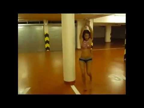 Chica sexy bailando en pantalon corto