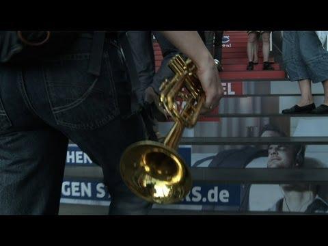 Flashmob Hauptbahnhof Berlin Frauenblasorchester