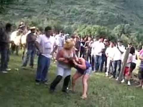 peleas de mujeres en el campo.