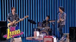 Simón, Nico y Pedro cantan Invisibles | Momento Musical (con letra) | Soy Luna