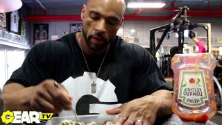 IFBB Pro Bodybuilder Juan Morel's Post Workout Meal: Eating at the gym!