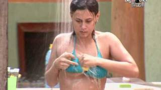 Angélica tomando banho com Cacau do lado