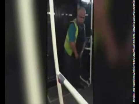 Conductor es captado orinando dentro del autobús