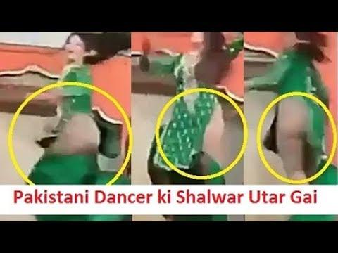 Pakistani Dancer ki Shalwar Live Show Mein Utar Gai – Pakistani Actress Oops Moments