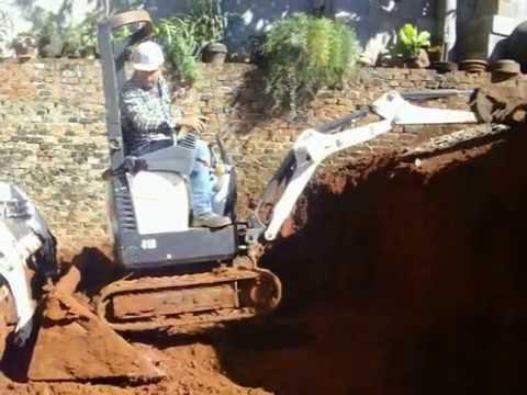 Operacao conjunta de Mini Carregadeira e Mini Escavadeira Hidraulica Bob Cat