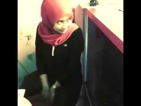 Gadis Melayu Bertudung Boleh Menari