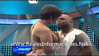 Presentadora Ana Carolina besa a Musicologo en pleno programa de Tv!