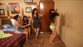 शराब के नशे में लड़कियों ने उतारे कपड़े