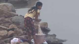 Laos Washing river ซักผ้าแม่น้ำโขง
