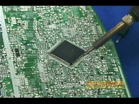Retirando componentes de montaje superficial SMD en tarjetas de circuito impreso